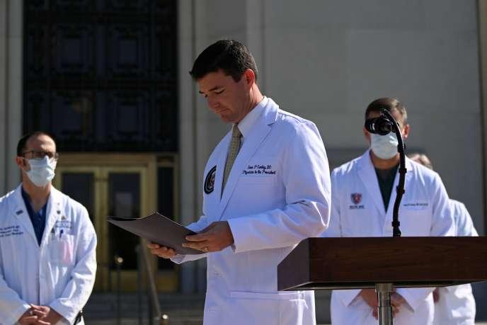 Le médecin de Donald Trump, Sean Conley, lors d'un point presse sur la santé du président américain, à l'hôpital Walter-Reed, près de Washington, le 4 octobre.