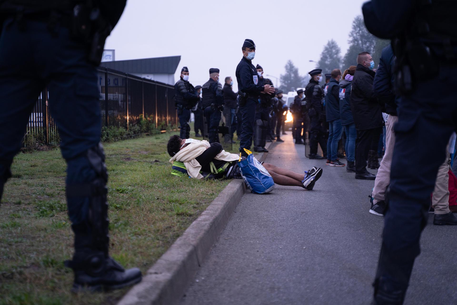 Des policiers évacuent environ 600 personnes, dans un campement situé près de l'hôpital de Calais (Pas-de-Calais), le 29 septembre.
