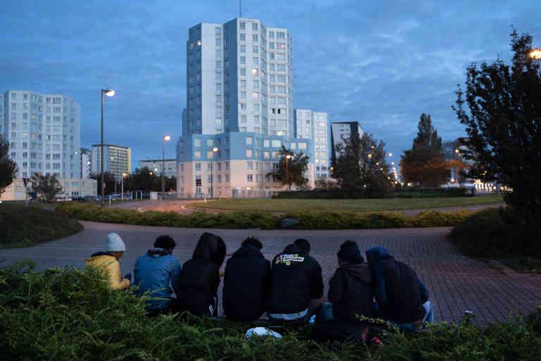 De retour à Calais, Simon et son groupe d'amis se préparent à la prochaine nuit qu'ils passeront dehors en attendant de pouvoir récupérer des tentes et des couvertures pour s'installer de nouveau provisoirement autour de la ville de Calais. Le 29 septembre.