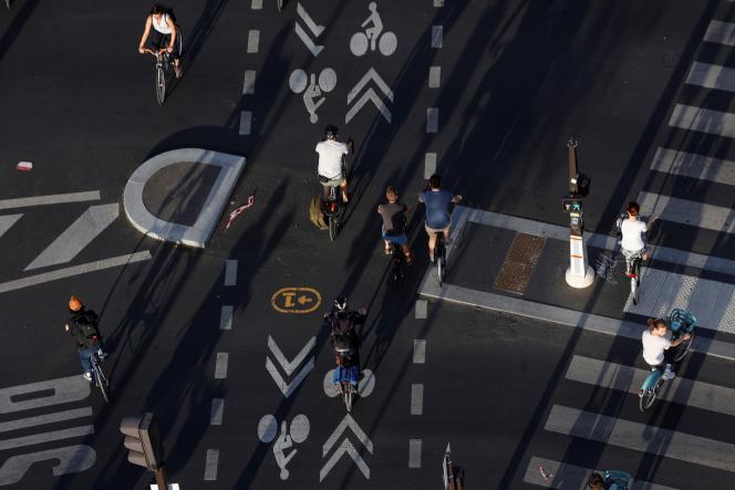 Aménagements routiers pour la circulation des vélos sur la place de la Bastille à Paris le 9 juillet.