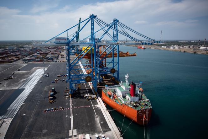 Des portiques importés de Chine, déchargésdans le port de Fos-sur-Mer (Bouches-du-Rhône), le 23 juillet.