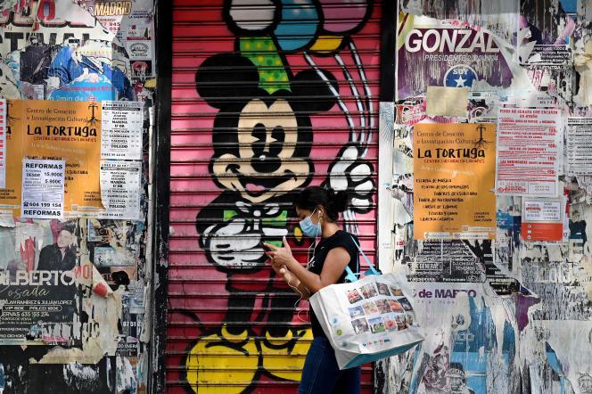 Devant un magasin fermé, dans le quartier de Vallecas à Madrid, le 17 septembre.