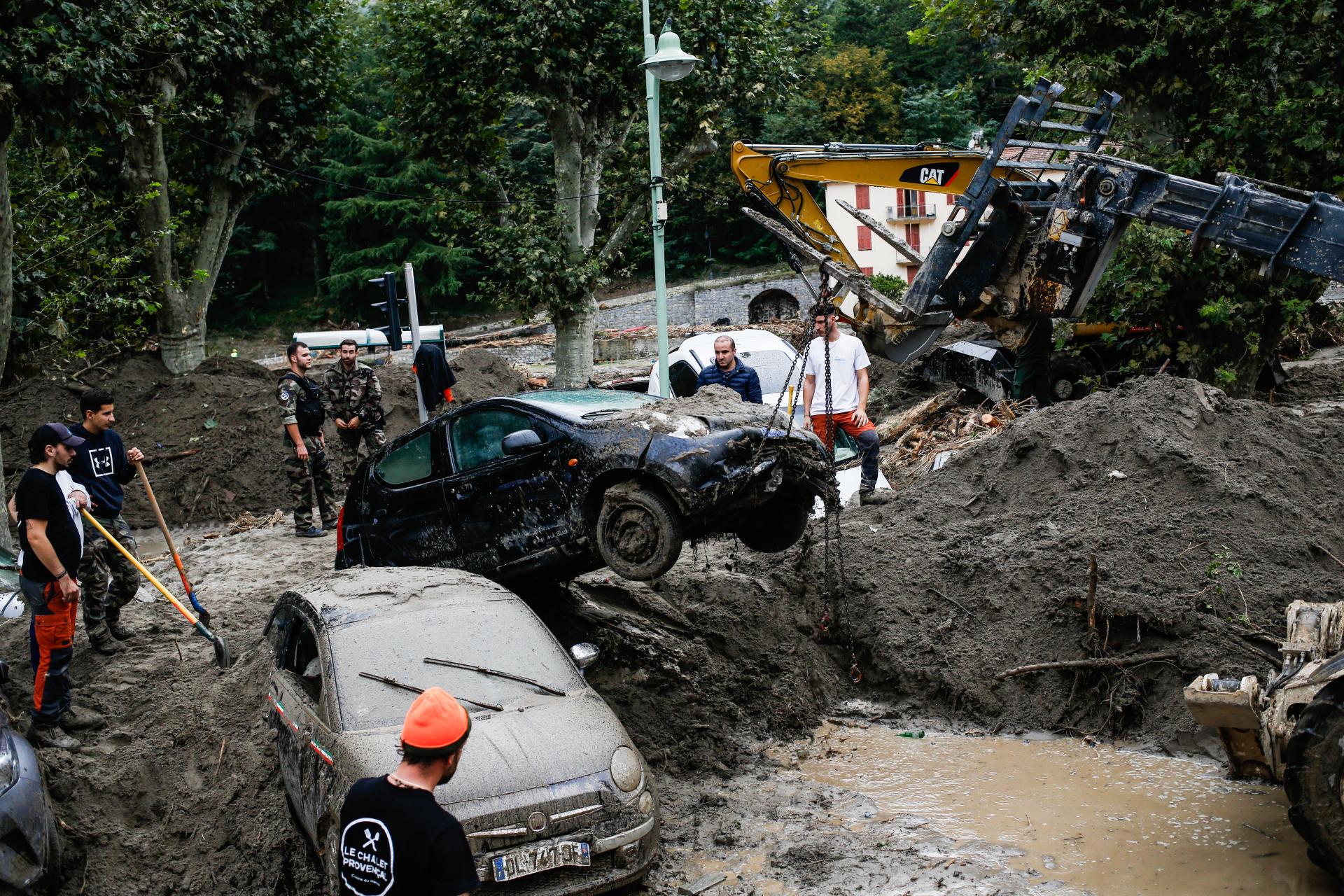 Des voitures sont dégagées sur la place Biancheri, le 4 octobreà Breil-sur-Roya.