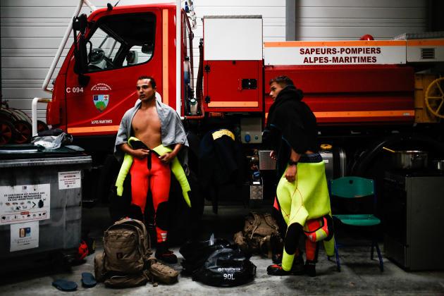 Des sapeurs-pompiers enlèvent leurs combinaisons, le 4 octobre à Breil-sur-Roya (Alpes-Maritimes).