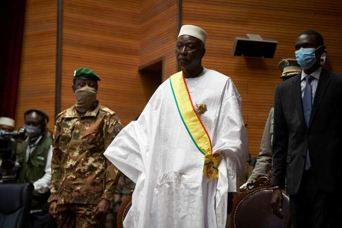 Le président de la transition malienne, Bah N'Daw (au centre), et son vice-président, le colonel Assimi Goita (à gauche), à Bamako, le 25 septembre.