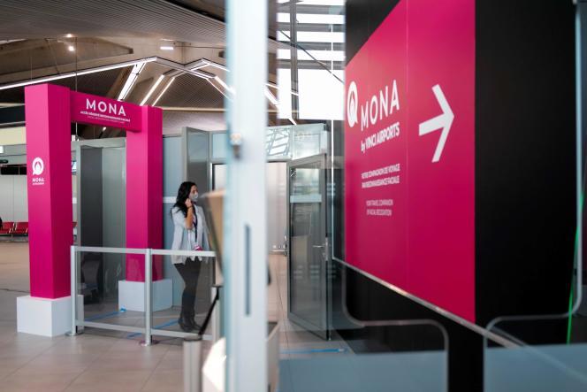 Le 5 octobre dernier, une passagère franchit le nouveau portique à reconnaissance faciale de l'aéroport de Lyon-Saint-Exupéry.