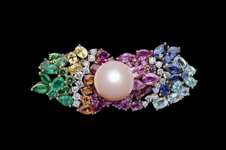 Bague double Tie & Dior, en or jaune et or blanc, platine, diamants, perle de culture rose, saphirs bleus, saphirs roses, tourmalines Paraïba, émeraudes, grenats tsavorites, grenats spessartites et saphirs jaunes, Dior.