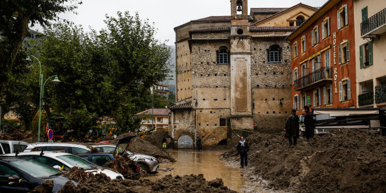 Breil sur Roya, le 4 octobre 2020 - La place Biancheri a été recouverte de sable à la suite de la crue de la Roya. Dégagement des véhicules ensablées par la crue.