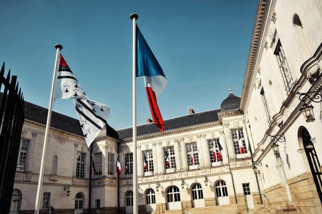 <p>Dans la cour carrée de l'hôtel de ville de Nantes, le drapeau tricolore côtoie celui de la ville. Une pétition y réclame l'installation du drapeau breton.</p>