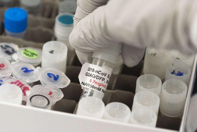 Un flacon contenant un vaccin potentiel contre le Covid-19, dans les laboratoires Novavax, à Gaithersburg (Maryland), le 6 octobre.