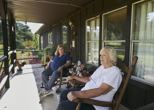 Mary Crawford et sa fille sur la terrasse de leur maison, à Clarkson (Kentucky), le 2 octobre.