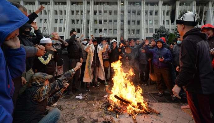 ABichkek, lors de manifestations contre la fraude électorale, mardi 6 octobre.