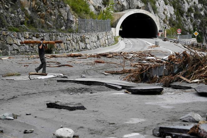 Un homme sur la route endommagée menant à Breil-sur-Roya, village ravagé par les inondations, dans les Alpes-Maritimes,le 6octobre.
