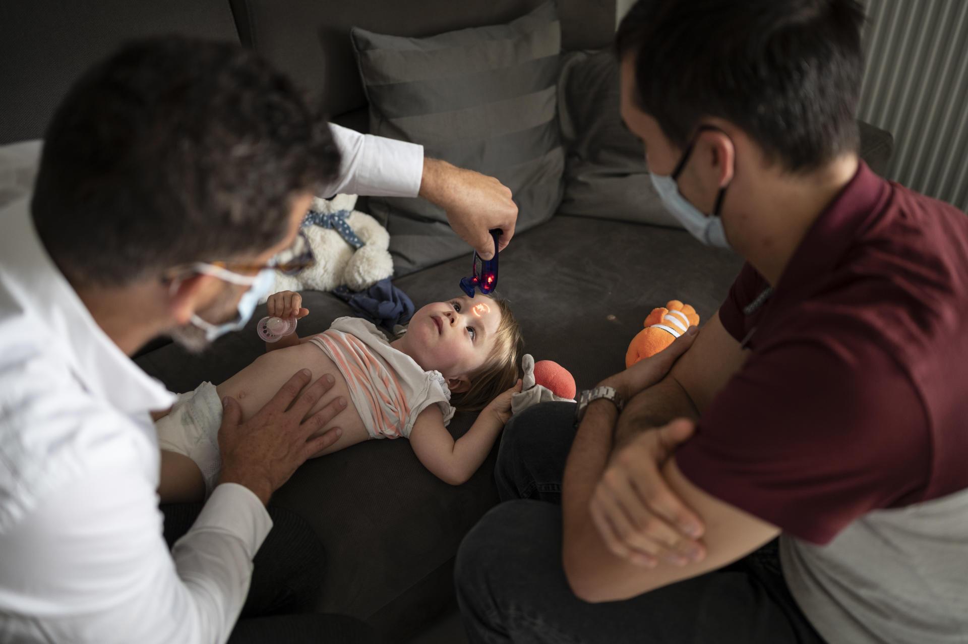 Malgré la fatigue, Victoire reste curieuse et attentive à chacun des gestes du médecin.