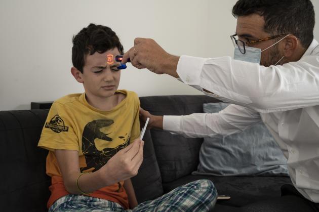 Noé, 9 ans, est fébrile depuis hier. Il ne peut plus manger. Ses parents se demandent s'il a une angine, le Covid-19 ou autre chose. Simon lui fait un test rapide, qui confirme la présence d'une angine bactérienne.