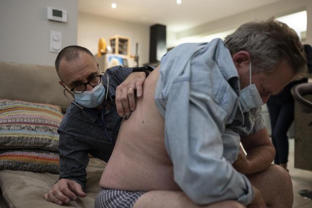 Daniel, 56 ans, a de la fièvre et n'en connaît pas la cause. Ne pouvant exclure une infection pulmonaire bactérienne, Stéphane suspecte néanmoins fortement un cas de Covid-19.