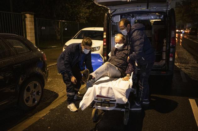L'ambulance arrive rapidement. Al'inverse d'autres patients, Bernard n'a pas peur d'aller à l'hôpital, malgré le contexte de crise sanitaire lié au coronavirus.