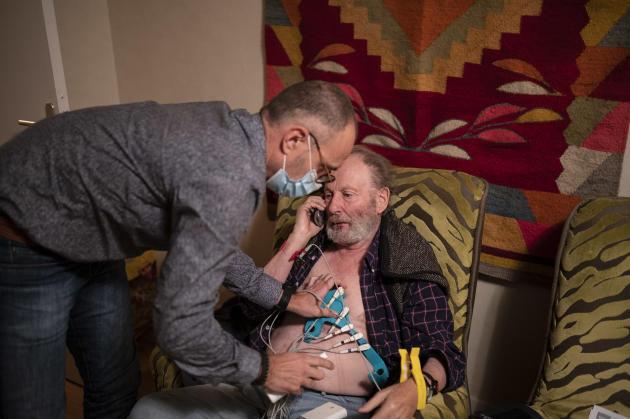 Bernard, 79 ans, a fait un malaise dans un parc. Il a pu rentrer chez lui et c'est le SAMU qui a demandé à SOS Médecins d'intervenir. Mais il est impossible de déterminer à domicile la cause du malaise, faute d'équipements. Stéphane décide donc de faire hospitaliser le patient pour des examens. Celui-ci téléphone à ses proches pour les prévenir de son départ.