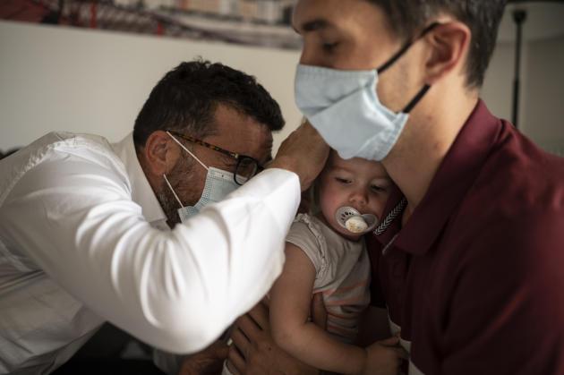 Victoire, 23 mois, a de la fièvre. Simon lui diagnostique une angine virale et passe en revue avec son père les mesures simples pour atténuer la douleur, savante alliance de médicaments et de glace à la mûre.