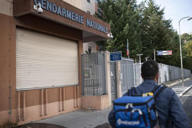 A 18 h 30, la garde de Simon se termine avec une visite à la gendarmerie pour attester de l'état de santé d'un gardé à vue. Les médecins de l'association participent également aux missions de service public.