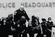 Des agents de la police affichent leur soutien au manifestations antiracistes en posant un genou à terre, à Austin (Texas), le 6juin.