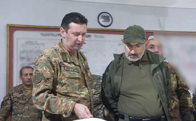 Capture d'une vidéo diffusée par le service de presse du premier ministre arménien,Nikol Pachinian, ici à droite, le 6 octobre.