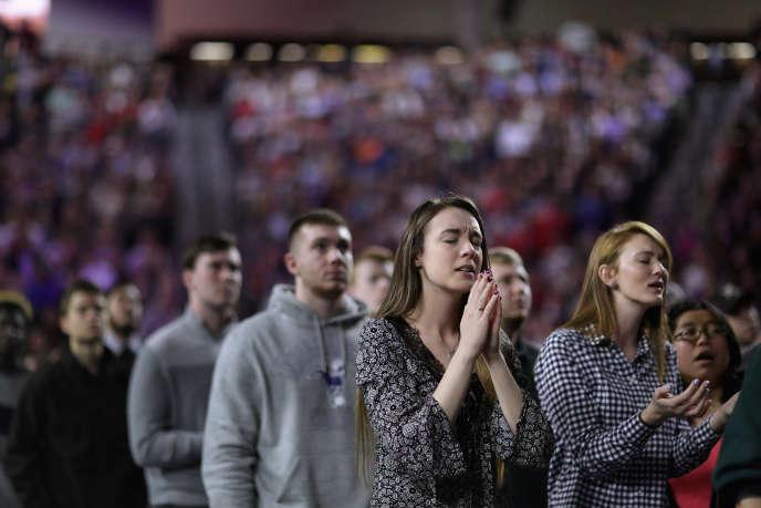 Des supporteurs prient pour Donald Trump, à l'université Liberty (Virginie), en janvier 2016, fondée en 1971 par le «télévangéliste» Jerry Falwell.