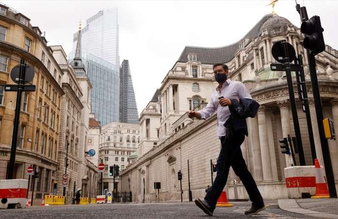 Un homme dans le quartier financier de la City, à Londres, le 23 septembre.