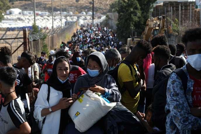 Des réfugiés du camp de Moria attendent d'être emmenés au port, d'où ils seront transférés vers le continent, sur l'île de Lesbos, le 28 septembre.