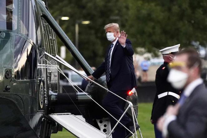 Le 5 octobre 2020, le président des Etats-Unis, Donald Trump, monte à bord du Marine One au Walter Reed National Military Medical Center après avoir reçu un traitement contre le coronavirus à Bethesda.