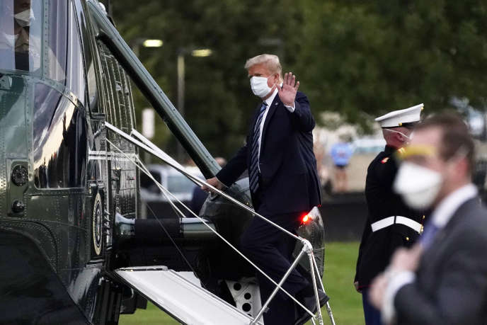 Le 5 octobre 2020, le président des Etats-Unis, Donald Trump, monte à bord du Marine One au Walter Reed National Military Medical Center après avoir reçu un traitement contre le coronavirus à Bethesda.
