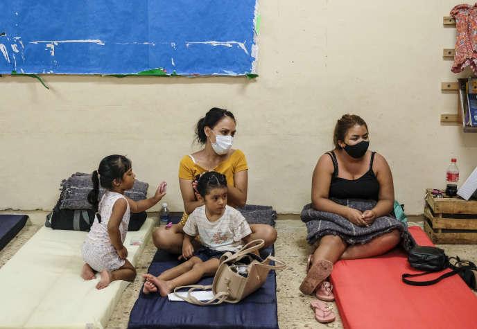 Dans un abri, avant l'arrivée de l'ouragan Delta, le 6 octobre à Cancun (Mexique).
