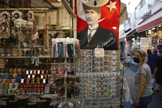 Dans une boutique de Ayvalik (Turquie), le 9 septembre, un portrait de Mustafa Kemal Ataturk,qui a mis fin au califat islamique en 1924.