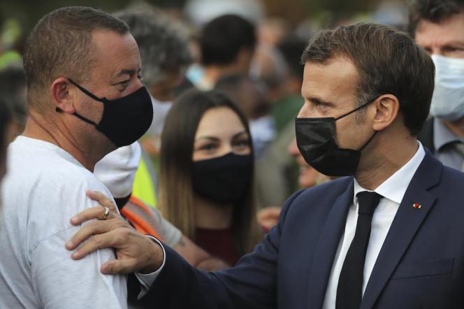Emmanuel Macron réconforte un habitant de Breil-sur-Roya, dans les Alpes-Maritimes, le 7octobre.