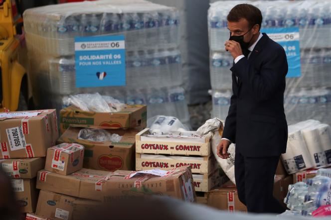 Emmanuel Macron passe devant les approvisionnements, à Breil-sur-Roya, dans les Alpes-Maritimes, le 7octobre.