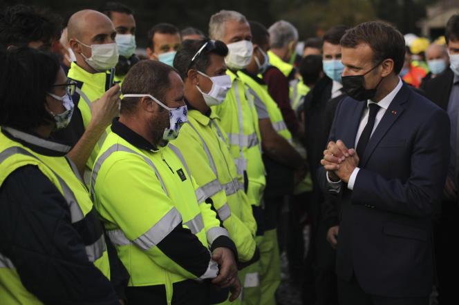 Emmanuel Macron remercie les sauveteurs, lors d'une visite à Breil-sur-Roya, dans les Alpes-Maritimes, le 7octobre.