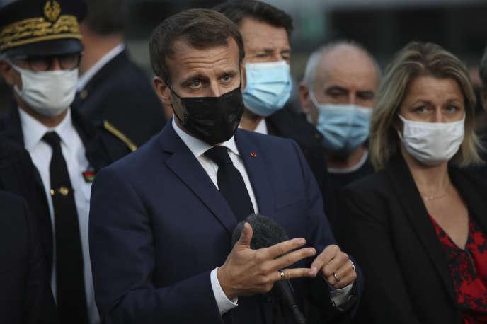 Le président de la République, Emmanuel Macron, et la ministre de la transition écologique, Barbara Pompili, lors d'un déplacement à Breil-sur-Roya mercredi 7octobre.