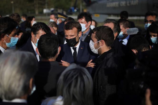 Emmanuel Macron écoute des habitants et des responsables rapporter l'étendue des dégâts, à Breil-sur-Roya, le 7octobre.
