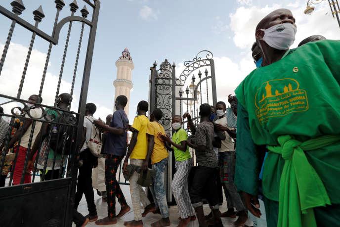 A l'entrée de la grande mosquée de Touba, le 5 octobre 2020.
