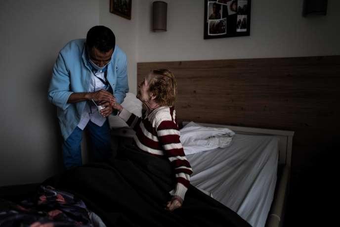 Une résidente reçoit des soins à l'Ehpad Vilanova de Corbas (Rhône), le 1er septembre.