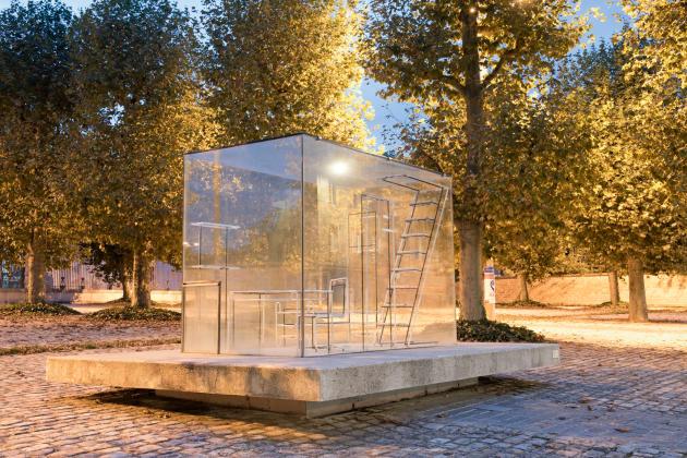 «Gimme Shelter», une installation de Nathalie Talec, sur la place d'Armes de Saint-Etienne.