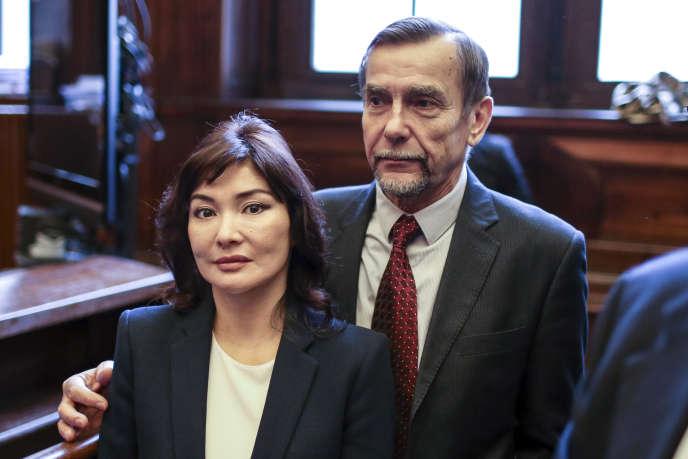 Alma Shalabayeva, l'épouse de l'oligarque kazakh Moukhtar Abliazov, avec le militant russe des droits de l'homme, Lev Ponomarev, au palais de justice de Lyon, le 17 octobre 2014 lors du procès en appel sur l'extradition de son mari vers la Russie.