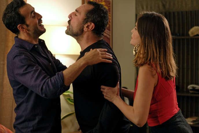 Jonathan Cohen (Marc), Gilles Lellouche et Laetitia Casta dans la série«La Flamme».