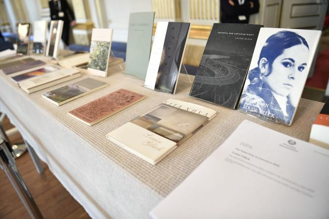Les livres de Louise Glück, exposés lors de l'annonce du prix Nobel de littérature 2020, à l'Académie suédoise de Stockholm, le 8 octobre.