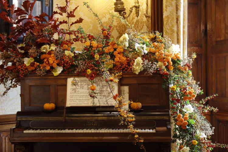 La dynamique composition florale à base de blanc et d'orangés de Pascal Mutel a littéralement pris possession du piano, ensauvageant... le grand salon bourgeois.