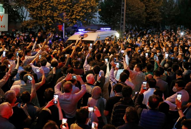 Les fans du chanteur, instrumentiste et compositeur iranien Mohammad-Reza Shajarian se rassemblent devant l'hôpital Jam, à Téhéran, où il est mort le 8 octobre 2020.