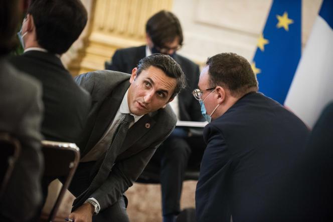Les députés Julien Aubert et Damien Abad discutent, lors du séminaire des parlementaires LR, à l'Assemblée nationale, le 8 octobre.