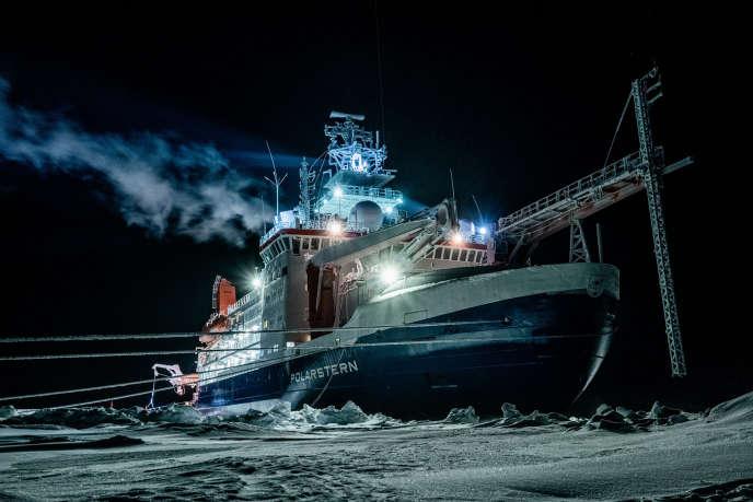 Photo de l'institut Alfred-Wegener montrant lebrise-glace «Polarstern» dans l'océan Arctique central, pendant la nuit polaire, le 1er janvier.