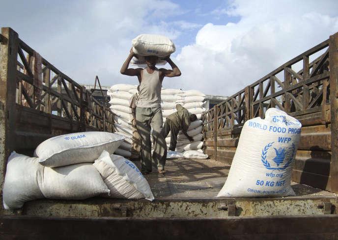 Une distribution de nourriture par le Programme alimentaire mondial, à Mogadiscio (Somalie), le 9 août 2011.