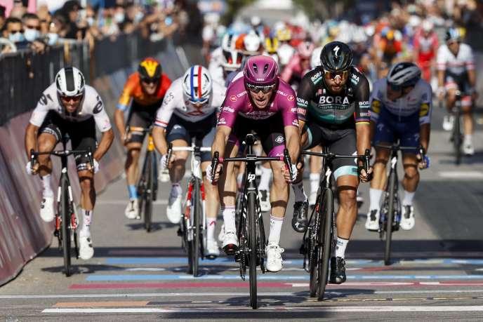 Arnaud Démare, vainqueur au sprint à Brindisi devant Peter Sagan, vendredi 9 octobre, sa troisième victoire d'étape sur le Giro 2020.